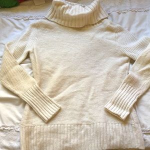 BANANA REPUBLIC - cream turtleneck